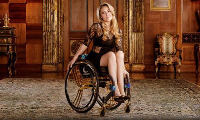 Tekerlekli sandalyeli güzel kadın