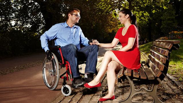 tekerlekli sandalye kullanan biri ile sevgili