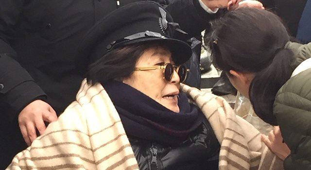 Durumu İyi Değil – Tekerlekli Sandalyeye Bağlanan Yoko Ono Arkadaşlarını Endişelendiriyor